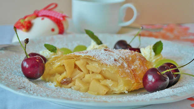 Famous Italian desserts - Strudel